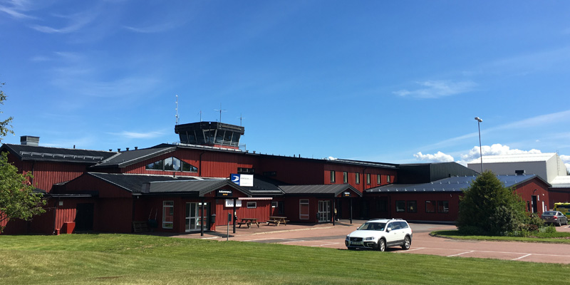 Mora/Siljan flygplast lokaler med dalaröd fasad och svart tak.