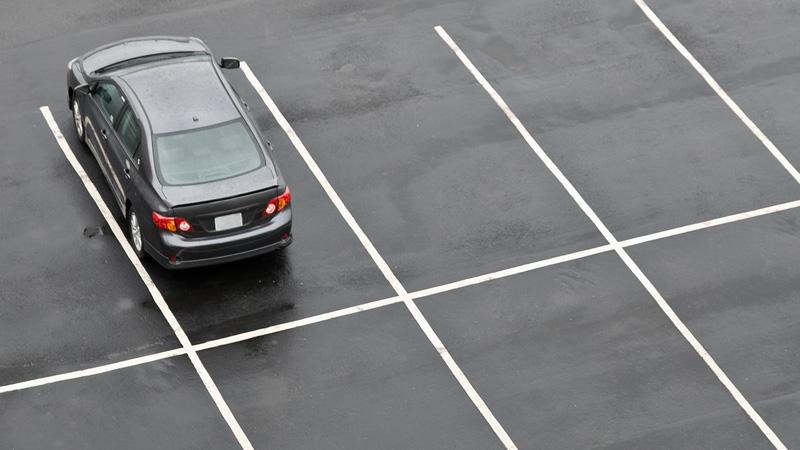 En bild parkerad i en parkeringsruta